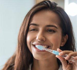 Du solltest zweimal am Tag mindestens 3 Minuten Deine Zähne putzen.
