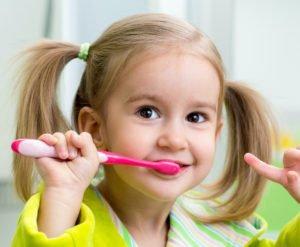 Die Zahnpflege für Kinder fängt dann an, wenn der erste Zahn gewachsen ist.