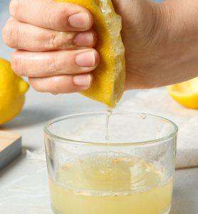 Zitronensaft kann als Hausmittel gegen Zahnsteinbildung genutzt werden, sollte allerdings nicht so oft angewendet werden.