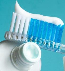 Zur Vorbeugung von Zahnstein gehört eine gute Zahnpflege. Grundlegend ist das Putzen der Zähne mit Zahnbürste und Zahnpasta.