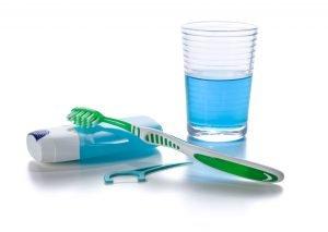 Eine Mundspülung solltest Du keinesfalls als Ersatz für Zahnseide oder Interdentalbürstchen nutzen.